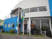 Vereadores e Servidores participam de Ato Cívico em frente à Câmara Municipal