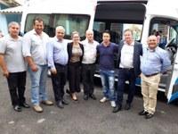 Vereadores participam da entrega de um veículo adaptado à Secretaria de Assistência Social